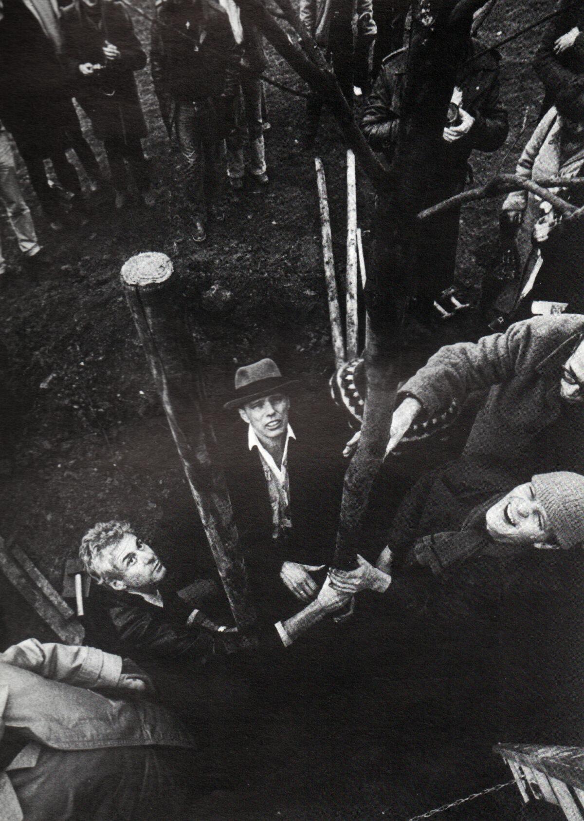 """Joseph Beuys: """"Plantation 700 Tress"""", Documenta 7, Kassel, Friedrichsplatz, 16/03/1982. Foto: Dieter Schwerdtle."""
